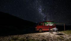 NOMÁDI: Dva Češi si na Zélandu postavili obytné auto na rok života, před tím vozilo jeptišky