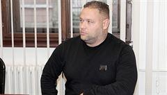 Před soudem stojí muž, který údajně vylákal miliony od fotbalistů. Mezi obětmi je i Limberský