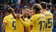 Barca se naladila na Slavii výhrou 3:0 v Eibaru. Real jí přepustil první místo prohrou na Mallorce