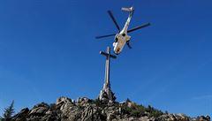 Španělé přemístili vrtulníkem Frankovy ostatky. Rodina se exhumaci marně snažila zabránit