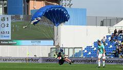 VIDEO: Batman, nebo Superman? Ne, během utkání Interu přistál na hrací ploše parašutista