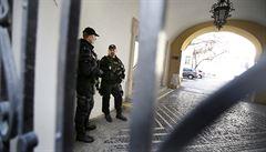 KAUZA LN: Operace Stoka. Ve skrýši pod umyvadlem našla policie statisíce korun, důkazy byly v mercedesu