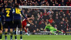 Arsenal ztratil přestřelku na Anflieldu v závěru a padl na penalty. United vyloupili Chelsea