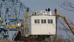 Aktivisté na rypadle u Mostu ukončili protest proti těžbě uhlí. Vydrželi tam dvě mrazivé noci