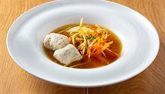 Kuřecí vývar se zeleninou s domácími nudlemi a masovými knedlíčky podle šéfkuchaře