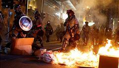 V Hongkongu neustávají demonstrace, násilí narůstá. Řada škol zavřela