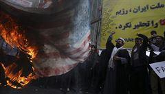Smrt Americe, skandoval dav před bývalou ambasádou USA v Teheránu. Totéž křičeli i místní zákonodárci