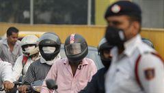 OBRAZEM: Indické Dillí dusí smog. V ulicích se střídají auta se sudými a lichými čísly