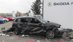 Kuriózní nehoda v Prostějově: kamion prorazil plot servisu, projel areálem a při tom poničil 27 vozů
