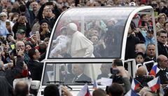 Čeští poutníci se zúčastnili generální audience papeže Františka, předali mu sochu sv. Anežky