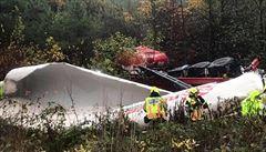VIDEO: Cisterna se po srážce s osobním autem zřítila z mostu. Řidič neměl šanci přežít