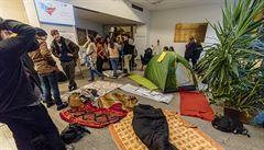 Akademický senát UK vyzval k ukončení okupační stávky. Studenti podepisují petici proti blokádě rektorátu