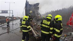 Provoz na Pražském okruhu v pondělí zkomplikovala nehoda kamionů; jeden mrtvý