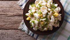 Bez kořenové zeleniny, s jablky či jogurtem. 10 receptů na bramborový salát od šéfkuchařů