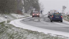 Cestování komplikuje námraza, sníh a mrholení. Potíže hlásí Ústecko i Středočeský kraj