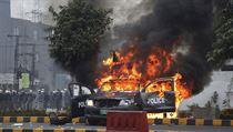 Při útoku právníků na pákistánskou nemocnici zemřeli tři pacienti. Tyčemi byli lékaře i sestry