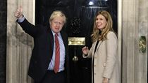 Premiér Boris Johnson s partnerkou Carrie Symondsovou