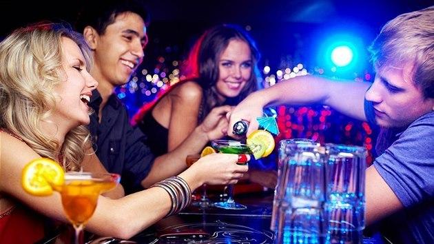 Psychologie pro každého: Sklenka na dobrou noc (ne)uškodí. Riziko ale roste, když se z ní stane popíjení