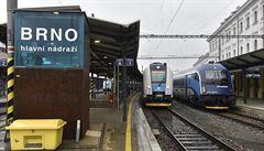 Strojvedoucí, který loni zavinil střet dvou vlaků s 23 zraněnými, může řídit dál. Soud mu zrušil zákaz činnosti