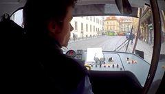 VIDEO: Řidič tramvaje hrdinou. V kabině dovezl zoufalé dítě zpět k rodičům