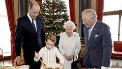 Čtyři generace královské rodiny. Královna Alžběta II. a tři následníci trůnu připravovali pudink