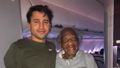 Muž v letadle uvolnil své místo v první třídě 88leté ženě, sám seděl vedle záchodů. Splnil jí tím sen