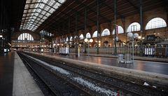 Ve Francii lidé protestují proti důchodové reformě i na Štědrý den. Státní železnice hlásí ztrátu více než 10 miliard korun