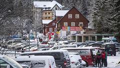 Doprava do Špindlerova Mlýna a Pece pod Sněžkou kolabovala. Parkoviště jsou stále plná