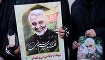 Transparenty z pohřbu íránského generála Kásema Solejmáního.