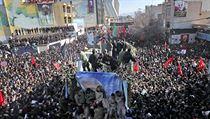 Ostatky Kásima Solejmáního převáží nákladní vůz skrz zástupy truchlících Íránců.