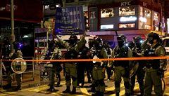 Hongkong zaplavily statisíce lidí, policie proti nim znovu použila slzný plyn