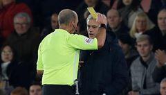 VIDEO: Zase starý dobrý Mourinho. Nahlížel do poznámek soupeřova trenéra a dostal žlutou kartu