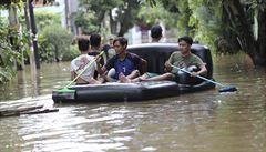 Záplavy v Indonésii si vyžádaly nejméně 43 mrtvých, domov ztratilo skoro 400 tisíc lidí