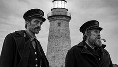 Jak o samotě nepřijít o rozum. Robert Pattinson s Willem Dafoe střeží Maják i v Česku