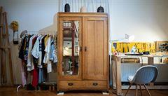 Jak bydlí designéři: ručně vyrobený nábytek, sbírka starých sklenic a dubová skříň