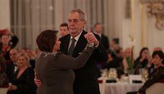 Na Zemanův charitativní ples dorazili ministři v čele s Babišem. Ve Španělském sále zazněly Gottovy písně