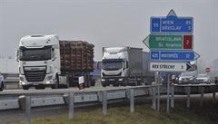 Na dálnici D2 je u přechodu na Slovensko kvůli opatřením asi patnáctikilometrová kolona