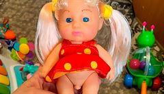 V ruském hračkářství se objevila transgenderová panenka, pod šatičkami má mužské genitálie