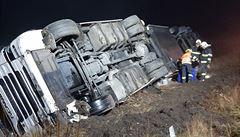 Na D11 havaroval kamion, dálnice na Nymbursku byla kvůli jeho vyprošťování uzavřena