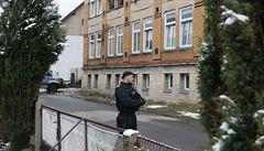 Za požárem domu ve Vejprtech stojí podle vedení tři klienti. Převezli je na psychiatrii