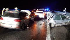 Dva muže obvinila policie kvůli nehodě patnácti aut na D10, zapálili hromadu starých pneumatik