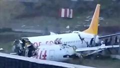 V Istanbulu vyjelo letadlo z dráhy, rozpadlo se a začalo hořet. Nehoda si vyžádala 3 mrtvé a 180 zraněných