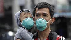 Nákaza koronavirem si v pevninské Číně vyžádala již více než 2000 obětí, nových případů je ale méně