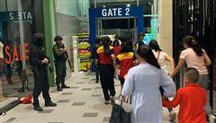 Voják v Thajsku zastřelil 20 lidí, ukrývá se v nákupním centru. Útok živě vysílal na Facebooku