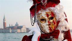 Alegorické čluny a lidé v kostýmech zaplnili Benátky. Hlavním motivem karnevalu je láska