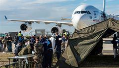 Letadlo s evakuovanými Čechy z Wu-chanu přistálo v Bruselu. Zbývá poslední cesta vládním speciálem do Prahy