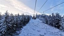 Krkonošská tradice. Sněhové podmínky lákají lidi do Harrachova