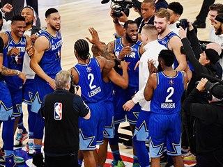 Radost týmu LeBrona Jamese po vítězství v chicagském Utkání hvězd NBA.