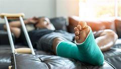 Rus posměváčkovi zlomil obě nohy dřevěnou holí. Napadený se vysmíval barvě jeho kalhot