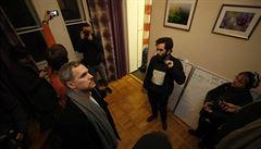 V Praze začala akce proti Airbnb v bytě pronajatém přes Airbnb. Dorazil i primátor Hřib